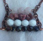 Collana con pietre dure rosa e cristalli bianchi e marroni con catena di rame