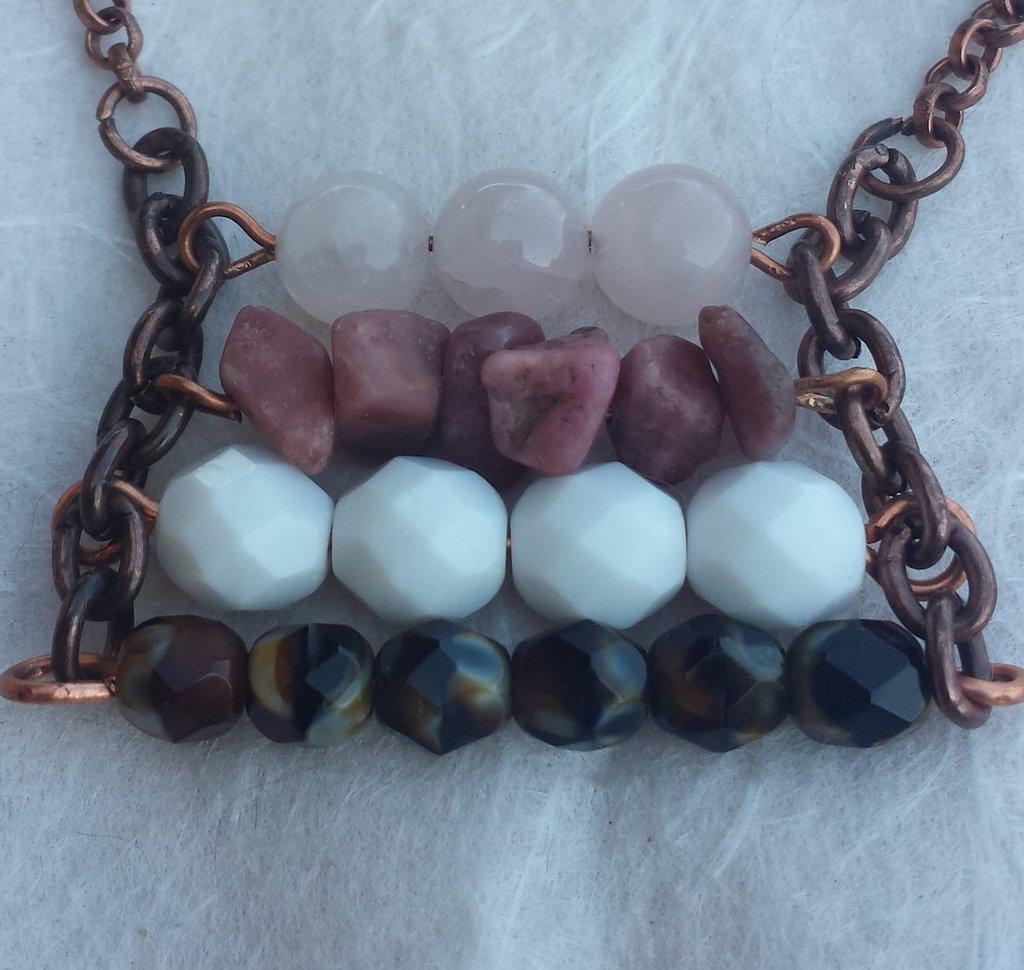 Molto Collana con pietre dure rosa e cristalli bianchi e marroni con  RX27