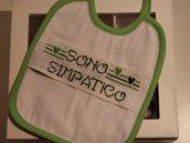 Coppia bavaglini neonato con scritta 'sono simpatico'