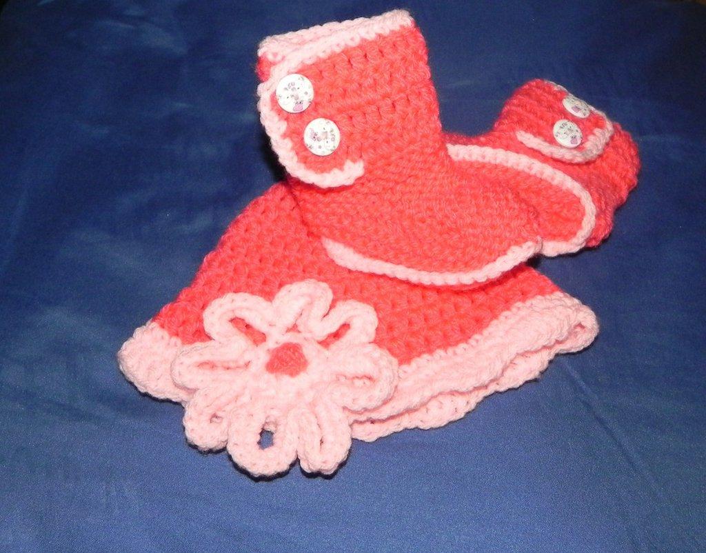 Cappellino e stivaletti neonata toni del rosa realizzati ad uncinetto