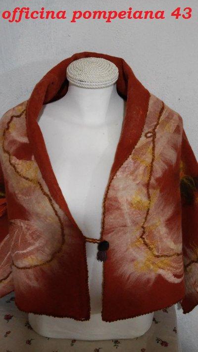 scialle in lana cardata infeltrita a mano