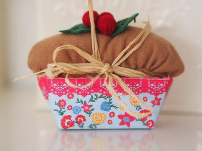 Decorazione Natalizia.Plum cake con pungitopo.Addobbo,puntaspilli,regalo.
