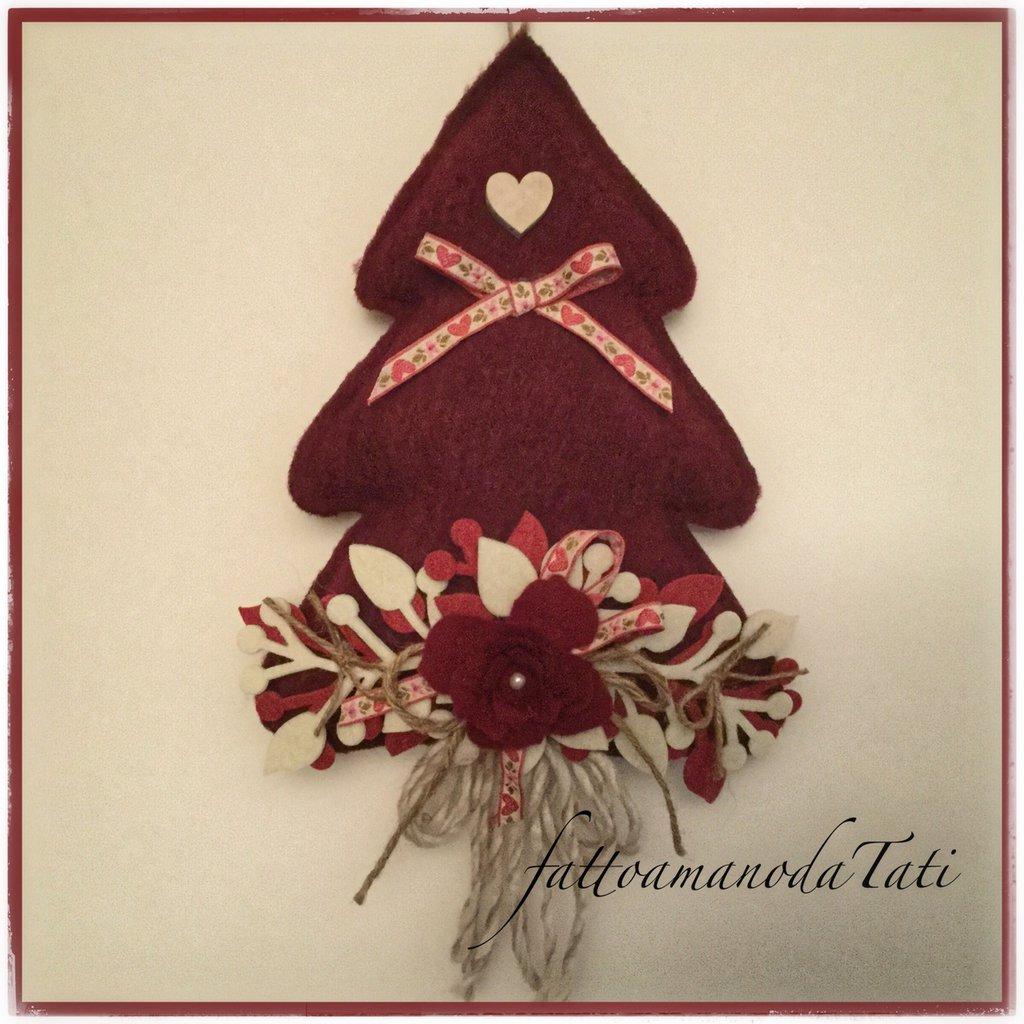 Albero in lana cotta rosso bordò con rosa in panno e cuore di legno