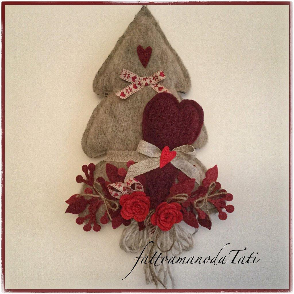 Albero in lana cotta tinta naturale con cuore bordò e rose rosse