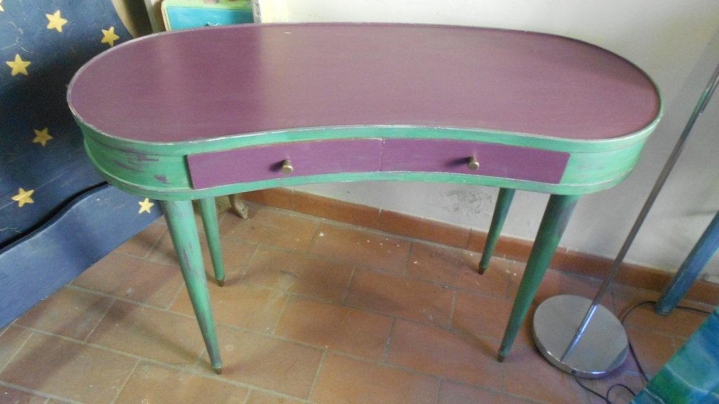 tavolino di forma a fagiolo