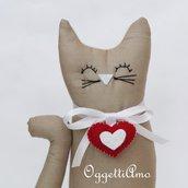 Gatto beige con ciondolo a cuore come fermaporte!