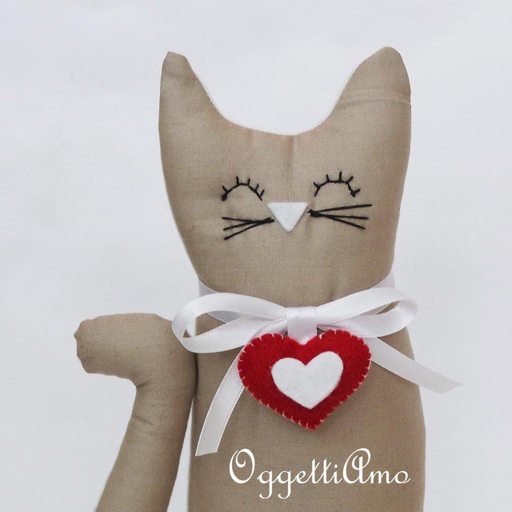 Gatto baige con ciondolo a cuore come fermaporte!