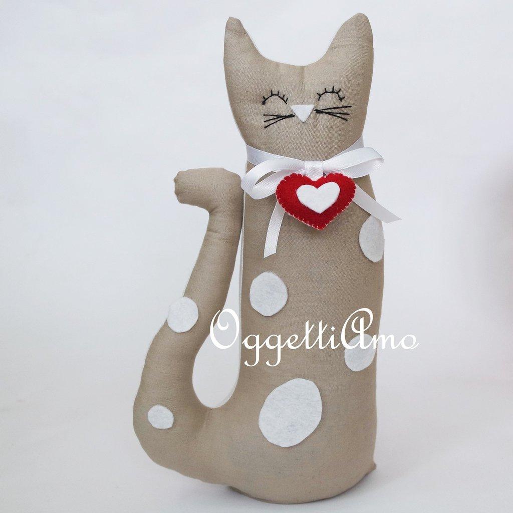 Gattino beige con macchie bianche e ciondolo a cuore come fermaporta!