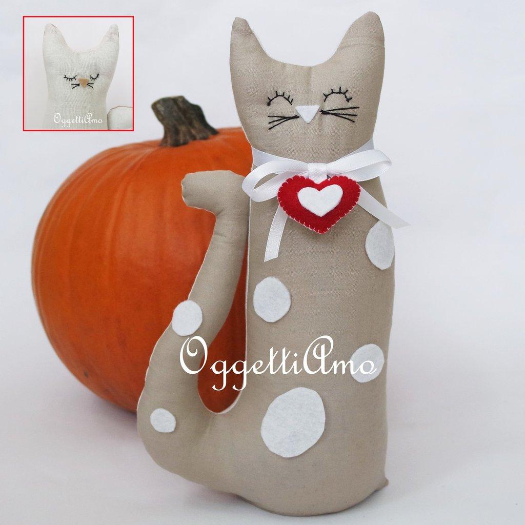 Gatti fermaporta beige i bianchi: due facce per lo stesso oggetto!
