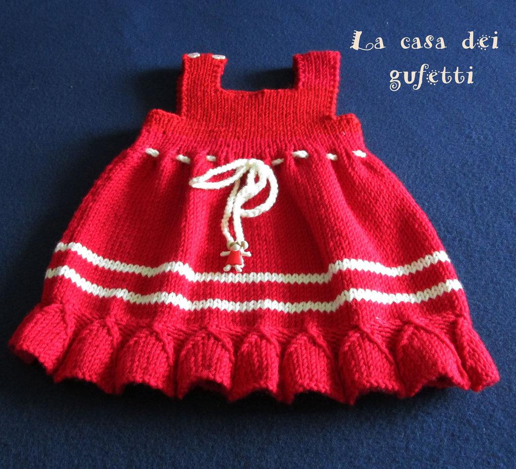 Abitino senza maniche in lana rossa con piccole righe bianche realizzato ai ferri in pura lana