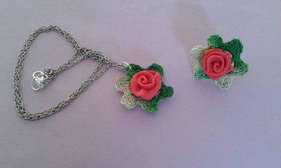 Completo collana e anello ad uncinetto e con rosa in fimo
