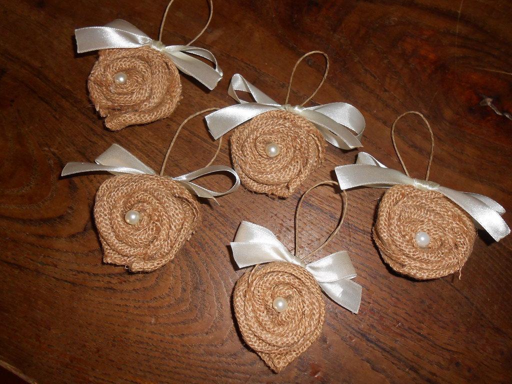 Cinque   decorazioni per porte o ante mobili a forma di roselline in tela juta con cuore di perla.