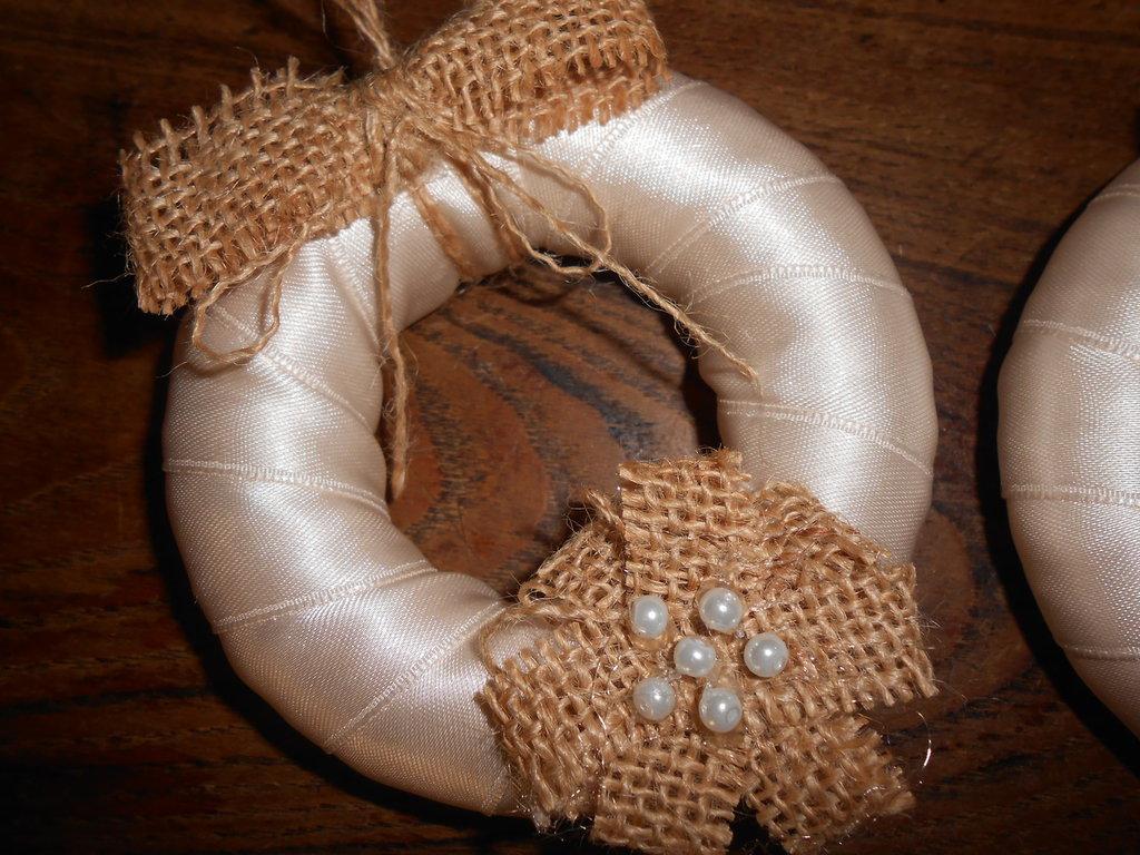 Decorazioni da parete a forma di  coroncina  in raso, tela juta e perle.