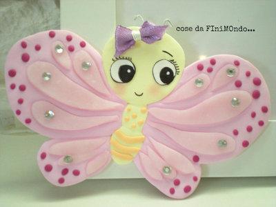 cornice bimba decorata a mano con farfalla