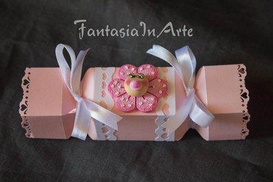 Bomboniera Nascita Bimba - Scatolino a forma di caramella più fiore magnete e 3 confetti inclusi