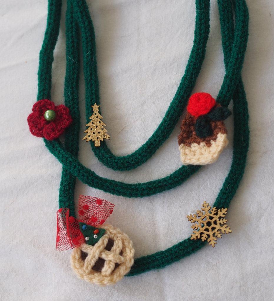 COLLANA NATALIZIA 3 fili in lana verde tubolare perline-charms in legno oro.Tricotin.3 elementi uncinetto(crostata,cupcake,fiore)-Hand made