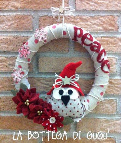 """Ghirlanda fuoriporta natalizia con gufetto, stelle di Natale e scritta """"Peace"""" in feltro"""