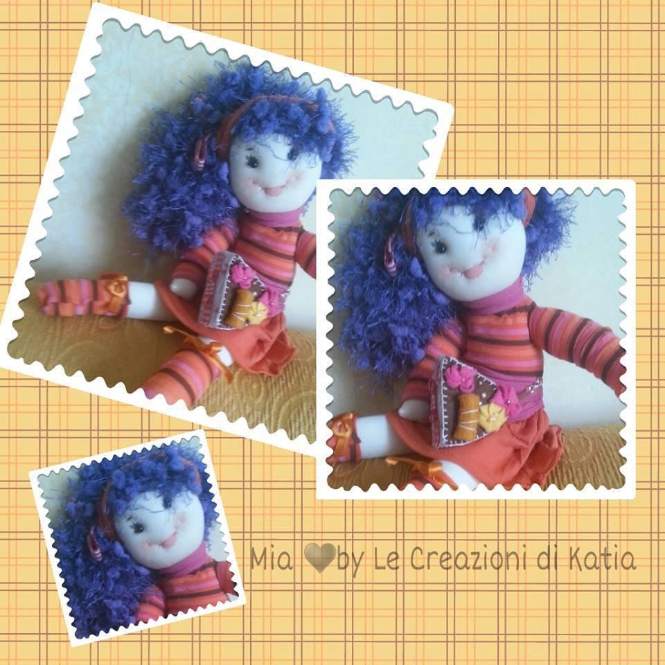 Bambola con fettina di torta