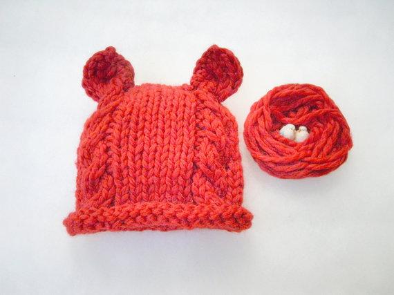 cappellino rosso per neonato fatto a mano con lana biologica Orsetto
