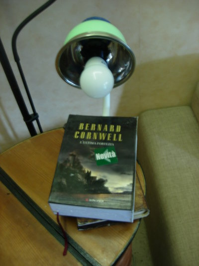 lampada libro  con accensione a scomparsa