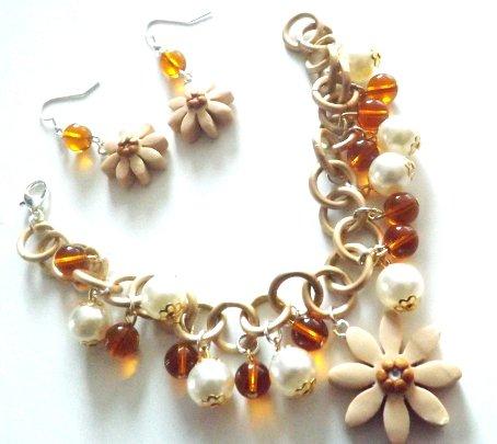 Parure completo bracciale ed orecchini con ciondoli fiore in fimo,perle cerate e cristalli idea regalo Natale per lei