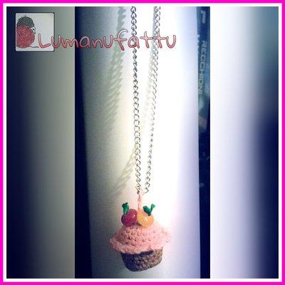 Collana lunga con cupcake amigurumi