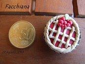 Crostata di ciliegie  Magnete per il frigorifero, oppure anello, spilla o collana