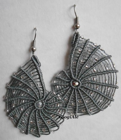"Orecchini grigi ""Ammonite"" in macramè"