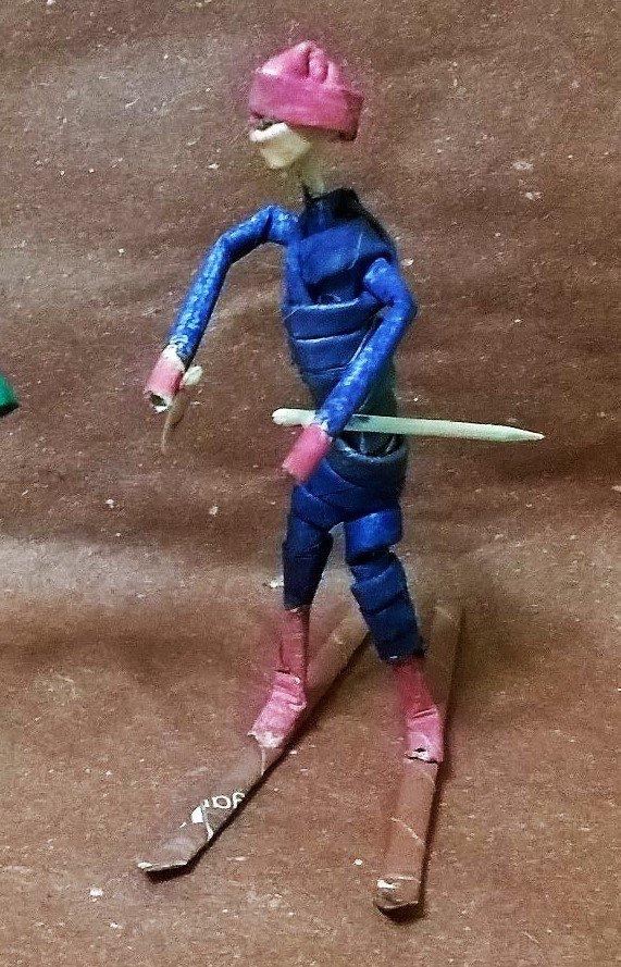 coppia di sciatori in cannucce di carta