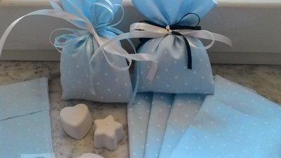 sacchetto battesimo o nascita azzurro a poi bianchi