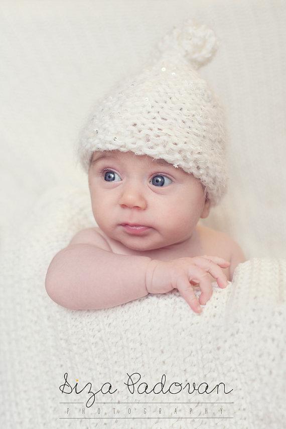Cappellino per neonati lavorato a mano in preziosa lana con paillettes Photo prop