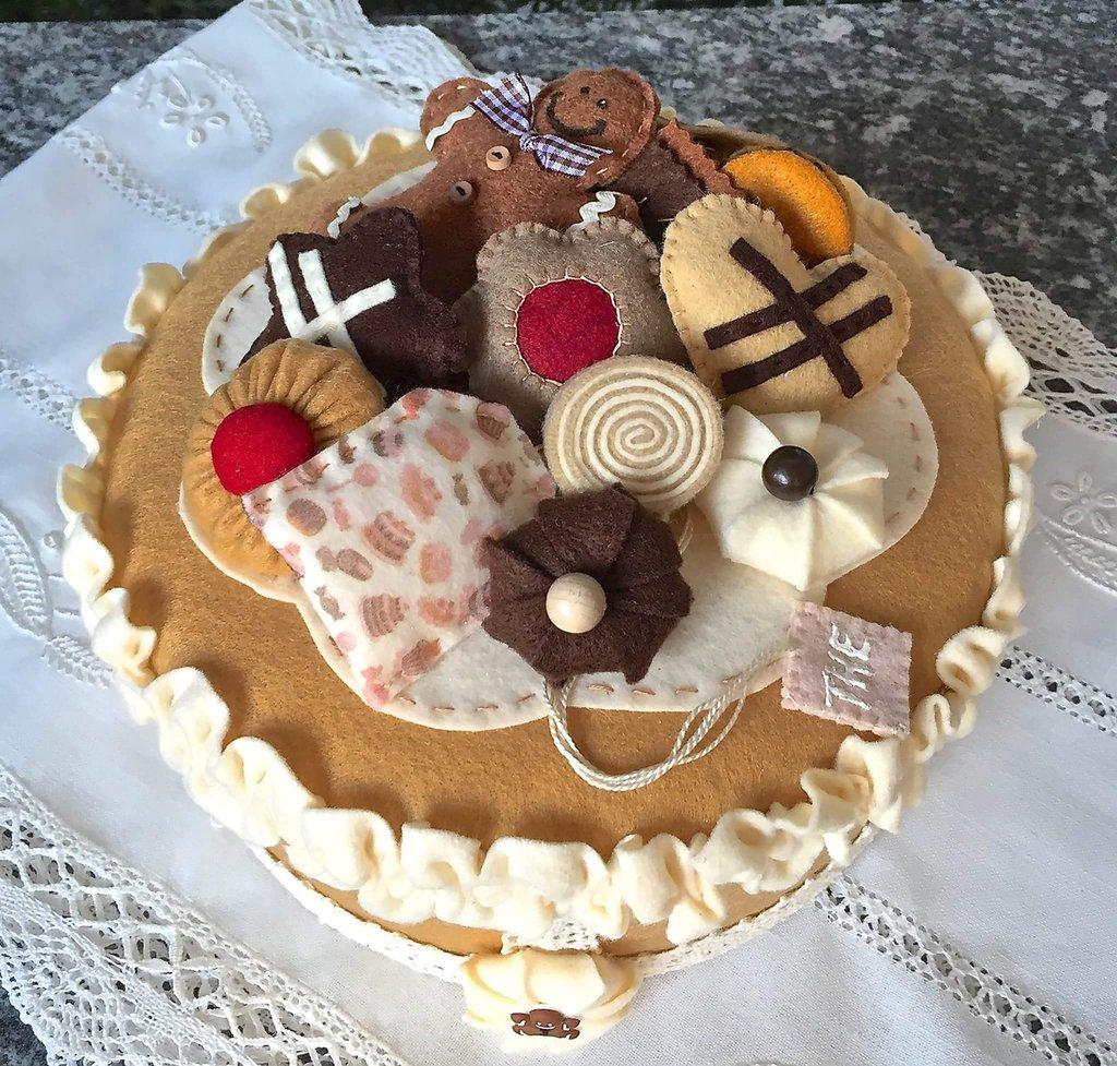 scatola rivestita e decorata in feltro con biscotti, panna e ginger