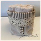 Cestino in cotone a righe con pizzo e tre lavette beige