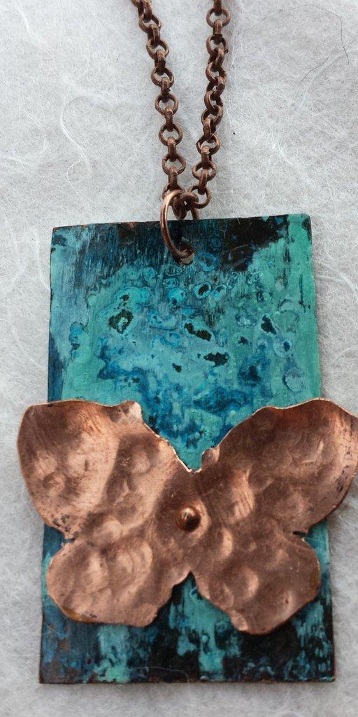 Collana con pendente in rame patinato in blu e farfalla di rame