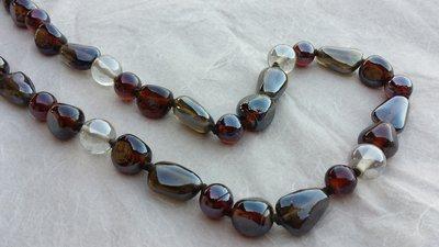 Collana con perle di vetro marroni e trasparenti