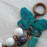 Bracciale con farfalla patinata azzurra, pietre e  mezzi cristalli