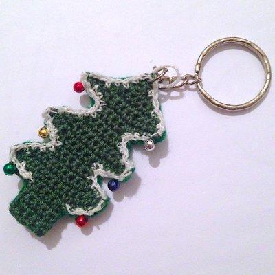 Portachiavi con albero di Natale verde fatto a mano all'uncinetto, con palline colorate