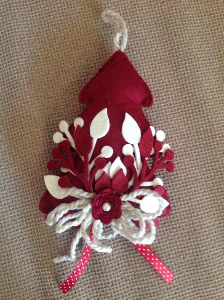 Alberello in feltro imbottito con decorazioni rametti in feltro spesso, rosa in feltro e fiocchi in pura lana