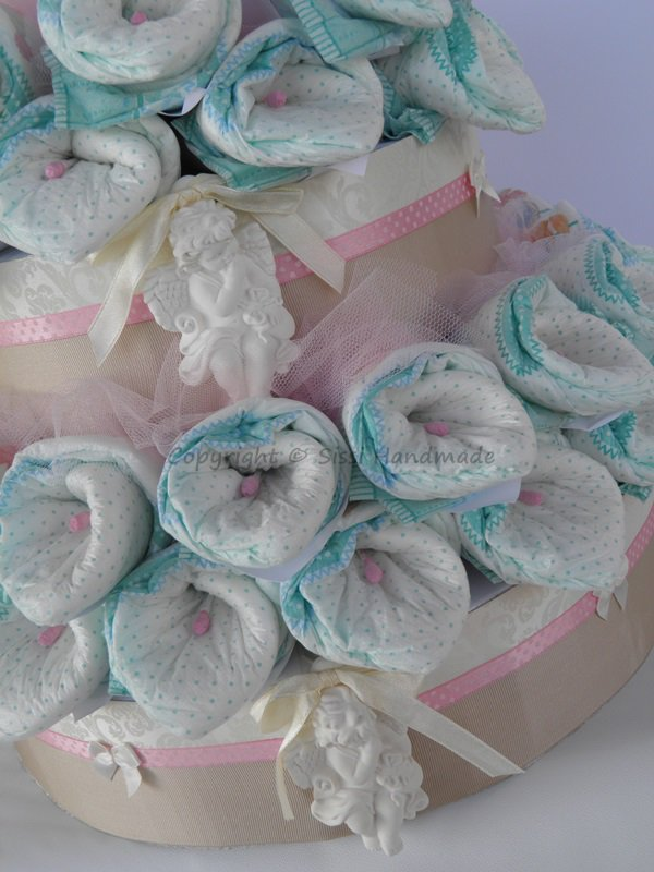 Torta pannolini per battesimo con calle e angioletti di gesso profumati