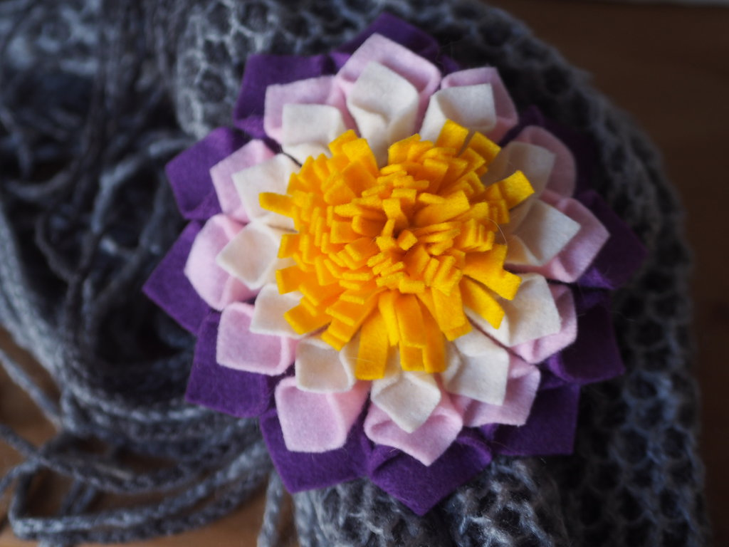 DALIA.Grande fiore/SPILLA in FELTRO.Perfetta per ravvivare i capi Invernali(cappello,borsa,cuscino).Bomboniera,segnaposto.Hand made