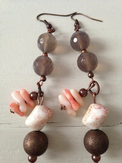 Orecchini pendenti bronzo con pietre di corallo e agata grigia