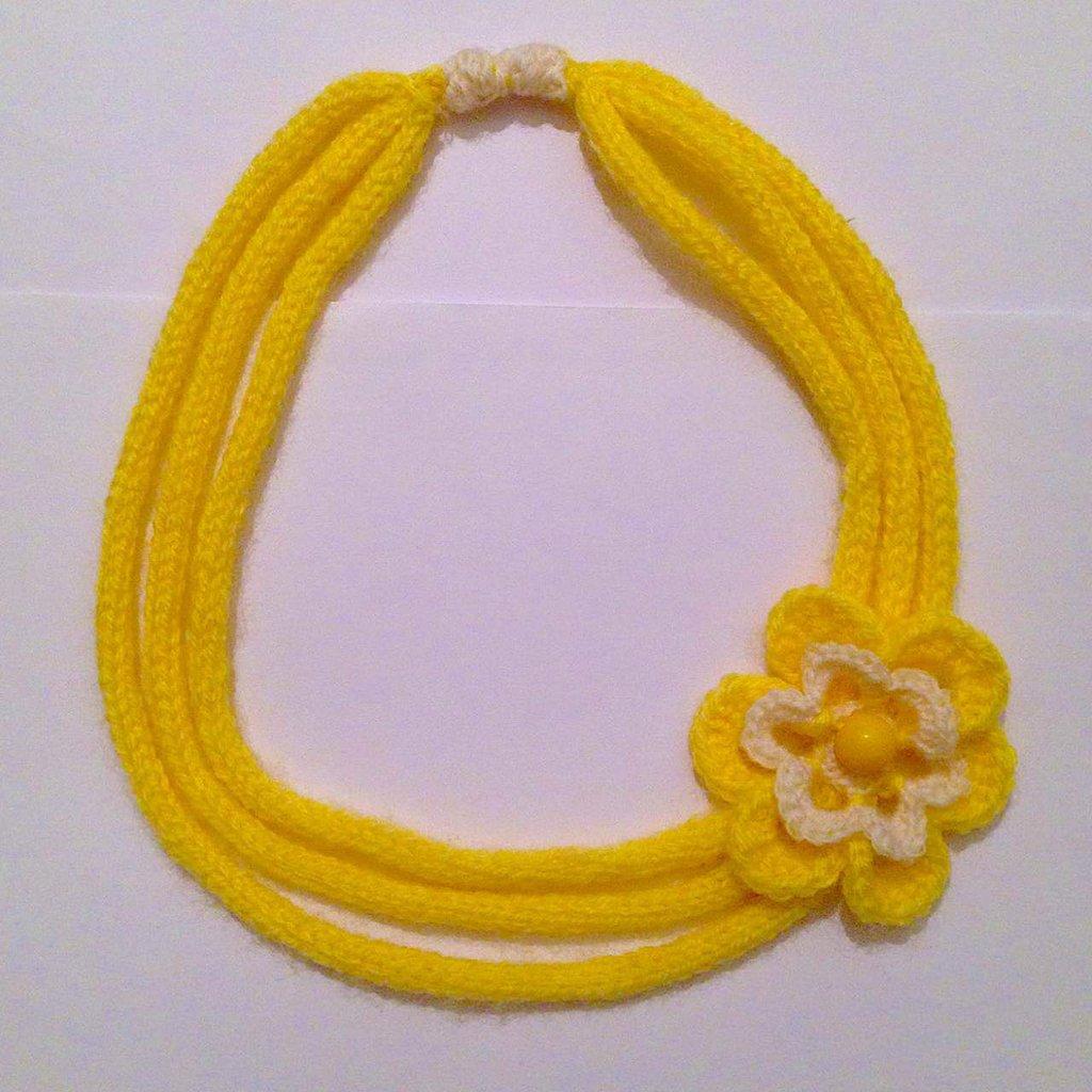 Sciarpa collana multifili in lana gialla e bianca a tricotin, con fiore all'uncinetto, fatta interamente a mano