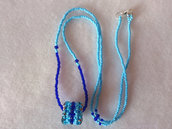 Collana lunga di perline, turchese e blu, con pendente