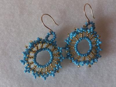 """orecchini """"onda"""" color azzurro e dorato, orecchini pendenti, a cerchio"""