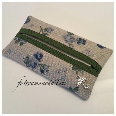 Porta fazzoletti di carta in cotone ecrù a roselline blu con bordo verde