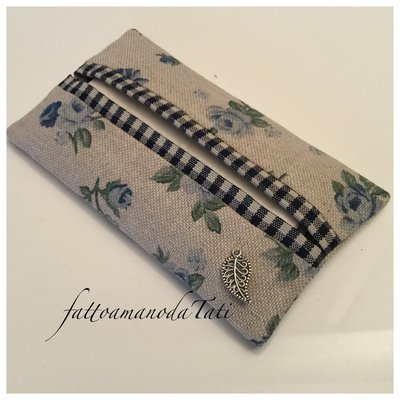 Porta fazzoletti di carta in cotone ecrù a roselline blu e bordino a quadretti blu