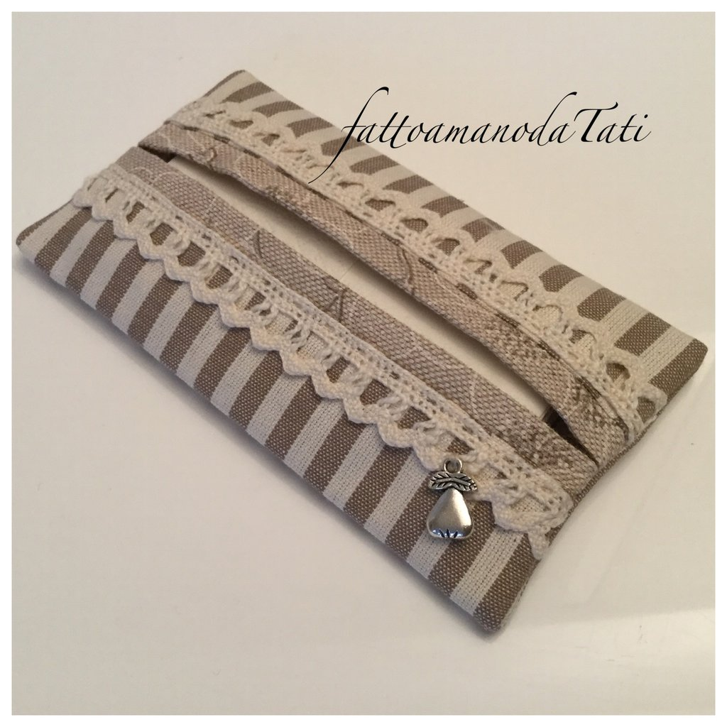 Porta fazzoletti di carta in cotone a righe beige e nocciola con pizzo