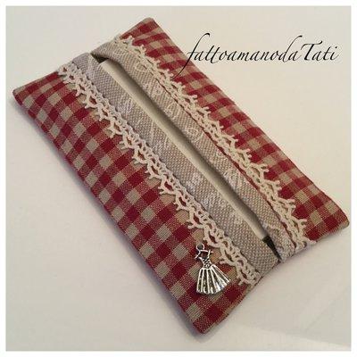 Porta fazzoletti di carta in cotone a quadretti rosso e beige con pizzo