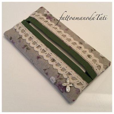 Porta fazzoletti di carta in cotone ecrù a fiorellini bianchi e lilla con pizzo e bordino verde
