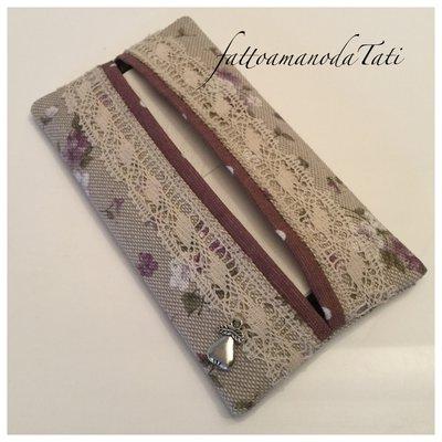 Porta fazzoletti di carta in cotone ecrù a fiorellini bianchi e lilla con pizzo